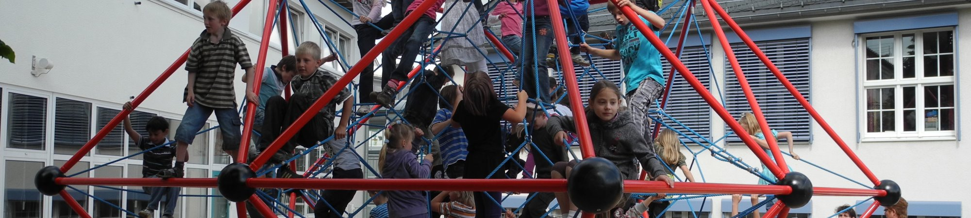Klettergerüst an der Grundschule Burbach